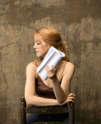 2007_press_photos_chair_holding_music1_72dpi